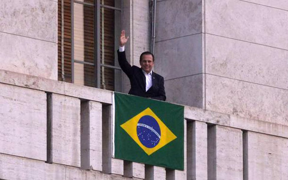 """O prefeito de São Paulo Joao Doria Junior (PSDB) orientou o time de prefeitos regionais a espalhar pela capital bandeiras do Brasil com a desculpa de que é preciso despertar o espírito cívico da população. Mas a medida, segundo o Estadão desta quarta (26), foi tomada após a condenação de Lula no caso triplex e ainda pode estar atrelada a um plano para projetar Doria no """"tabuleiro nacional""""; leia reportagem do GGN"""