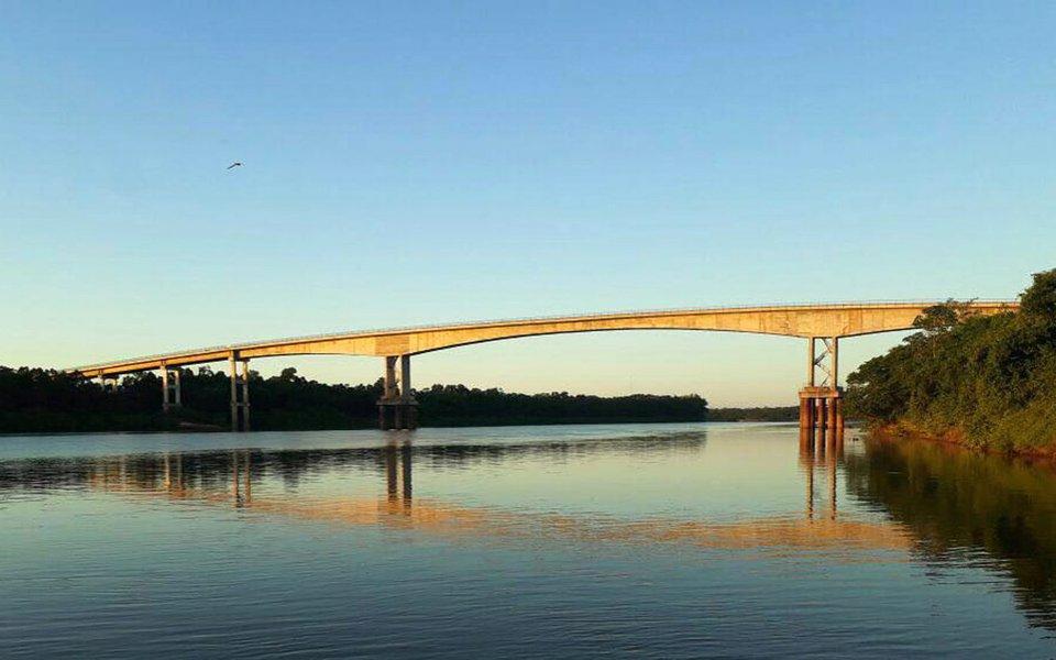 O Governo de Goiás entrega no próximo sábado (29), na divisa entre os Estados de Goiás e Mato Grosso, a Ponte do Cocalinho, uma das principais obras de infraestrutura econômica da atual gestão. Resultado de Parceria Público-Privada, a ponte fica entre os municípios de Aruanã (GO) e Cocalinho (MT); a Ponte do Cocalinho recebeu investimento total de R$ 32,2 milhões e integra as obras de interligação entre Aruanã e Cocalinho, que incluem ainda a pavimentação da rodovia