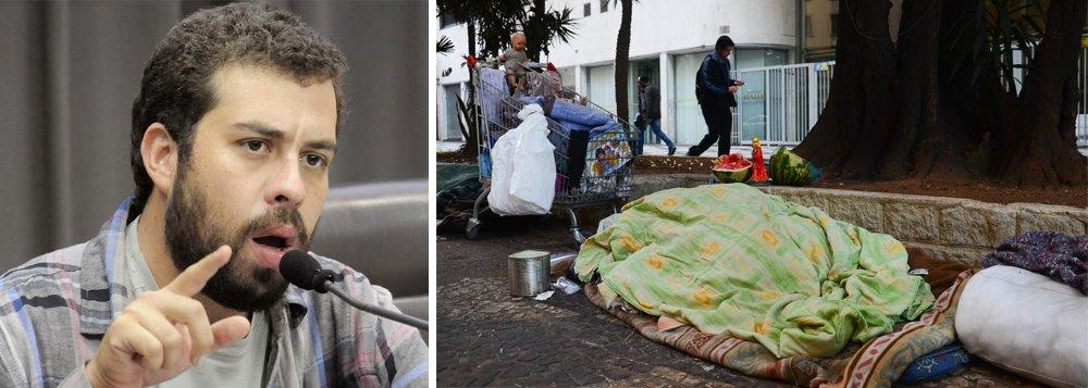 """Coordenador do Movimento dos Trabalhadores Sem Teto, Guilherme Boulos, criticou nesta quarta-feira, 19, a atuação da prefeitura de São Paulo, que sob o comando de João Doria (PSDB), foi acusada de acordar moradores de rua com jatos de água, em meio às noites mais frias do ano; """"Num dos dias mais frios do ano, agentes da gestão Doria jogam jatos de água no povo de rua. Não é apenas higienismo, é barbárie!"""", disse Boulos em sua página no Twitter"""