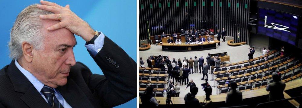 Diante da possibilidade de que não haja quórum na Câmara para votar na próxima quarta-feira (2) a denúncia de corrupção passiva feita pela Procuradoria Geral da República, Michel Temer vem trabalhando para que uma nova sessão seja marcada para a segunda semana de agosto; Planalto reconhece que possui apenas 247 dos 342 votos necessários para barrar o andamento da denúncia; governo tem pressa, uma vez que teme que a possibilidade da divulgação das delações premiadas do ex-deputado Eduardo Cunha (PMDB-RJ) e do operador Lucio Funaro acabe por complicar ainda mais a situação de Temer
