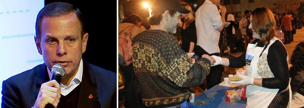 """Padre Júlio Lancellotti, da Pastoral do Povo de Rua,acusou guardas-civis metropolitanos (GCMs) de tentarem impedir a distribuição de sopa quente para moradores de rua e dependentes químicos na região da Cracolândia, no centro de São Paulo; a denúncia foi feita aosecretário de Segurança Urbana, coronel José Roberto Rodrigues, que falou com o inspetor responsável na região e este liberou a entrega; """"Existe decreto de que o alimento manipulado não poderia ser (entregue)"""", chegou a justificar o secretário"""