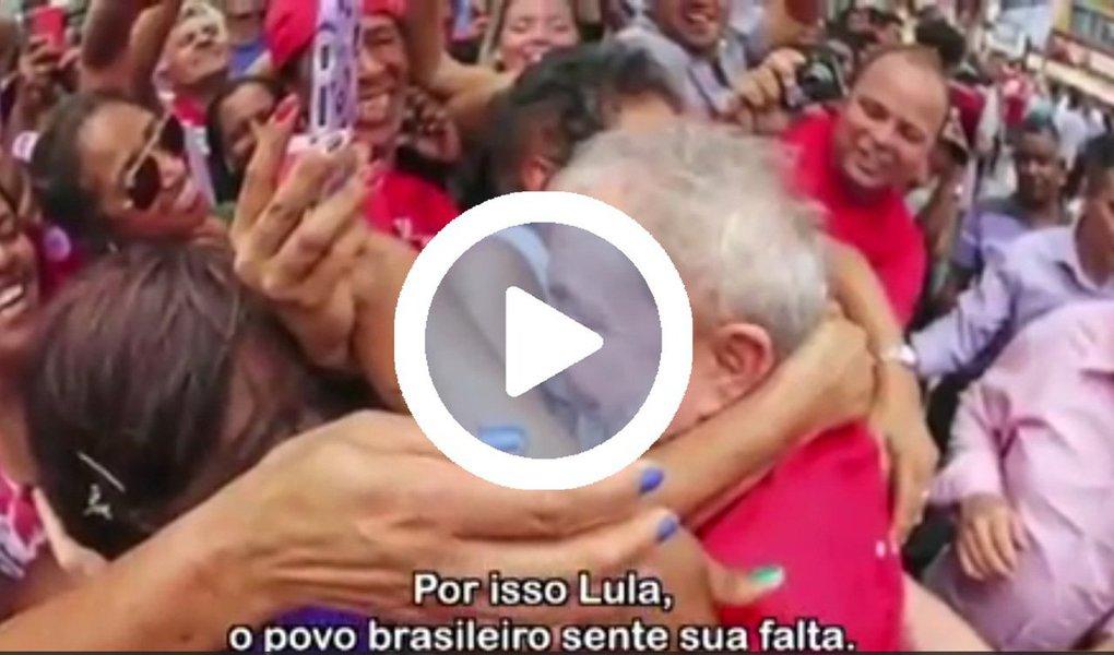 """Em 2002, quando se elegeu, o ex-presidente Luiz Inácio Lula da Silva divulgou sua Carta ao Povo Brasileiro, em que se comprometia com a estabilidade econômica; nesta quinta-feira, 1º, dia em que abriu o 6º congresso nacional do PT, ele recebeu uma Carta do Povo Brasileiro, em vídeo produzido pelo deputado Paulo Pimenta (PT-RS); nele, são reproduzidos depoimentos de trabalhadores sobre o legado de Lula e seu papel na luta pelos direitos sociais;""""Lula é o maior lutador de todos os tempos para a classe trabalhadora"""", resume o pedreiro Leonel Pacheco; assista acima"""