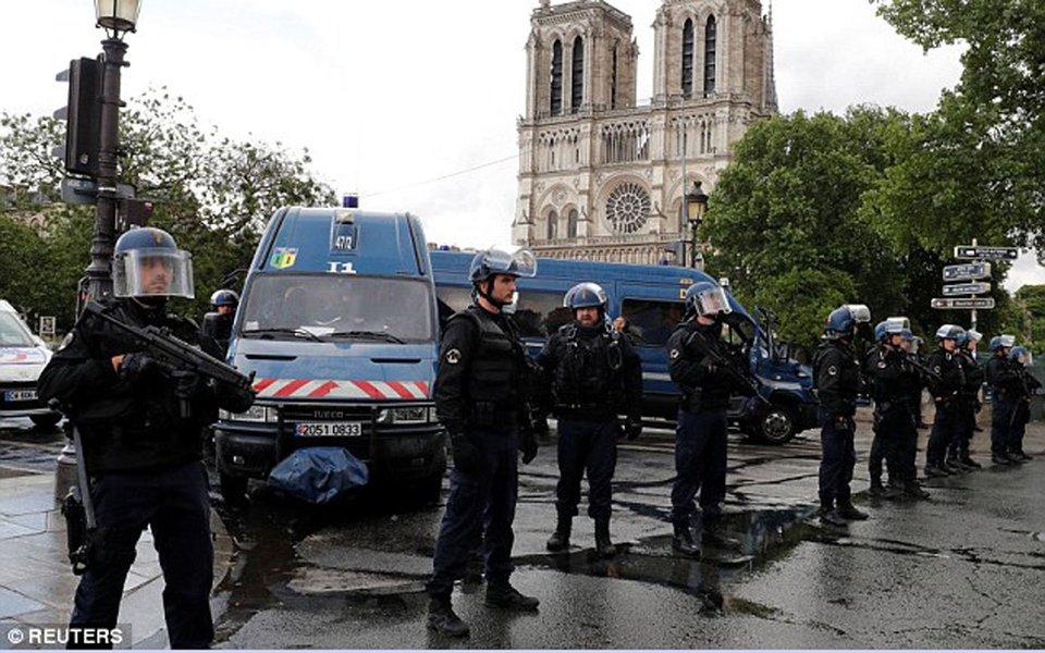 Polícia de Paris atirou e feriu um homem que atacou um policial do lado de fora da catedral de Notre Dame ; polícia havia dito anteriormente que estava lidando com um incidente no pátio que fica do lado de fora do ponto turístico internacionalmente conhecido, e pediu que o público mantivesse distância da área; policiais atiraram no homem depois que ele os ameaçou com um martelo e se recusou a parar; um policial ficou levemente ferido; motivo do ataque ainda não é conhecido