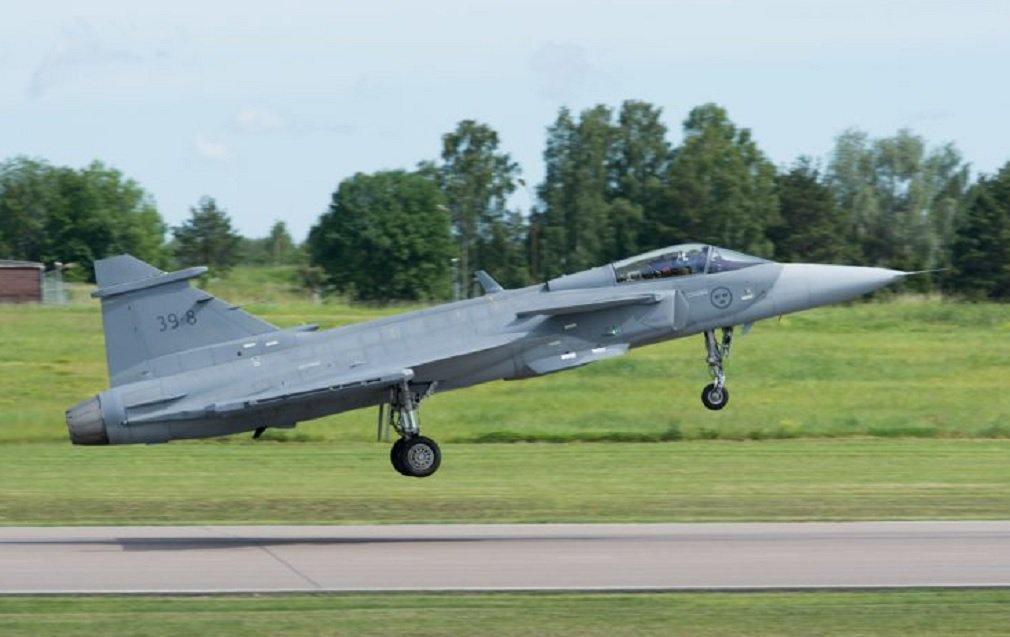 A SAAB, empresa de defesa e segurança, conduziu nesta quinta-feira o primeiro voo da nova geração de caças inteligentes, o Gripen E, que vai equipar a Força Aérea Brasileira; a aeronave (de registro 39-8) decolou do aeródromo da SAAB, em Linköping (Suécia), e sobrevoou a porção leste de Östergötland por 40 minutos; durante o voo, a aeronave realizou diversas operações para atender a vários critérios do teste, inclusive a abertura e o fechamento do trem de pouso; em 2014, o Brasil assinou contrato de R$ 5,4 bilhões para compra de 36 caças Gripen E, da nova geração