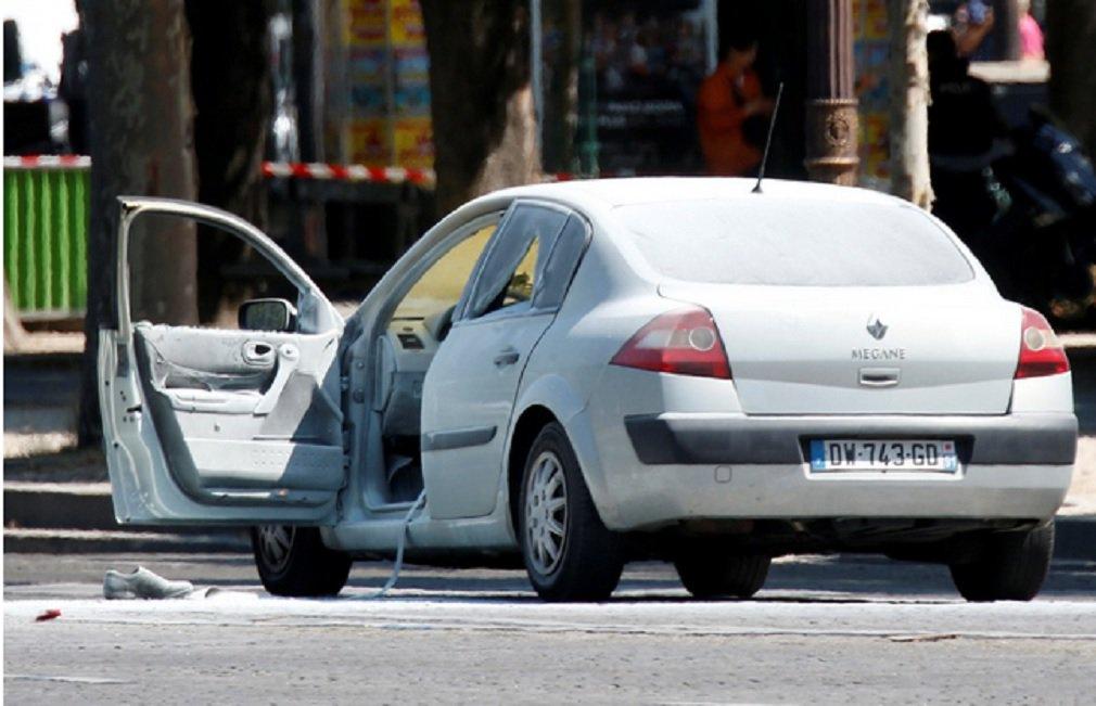 Um homem que bateu seu carro deliberadamente em um veículo da polícia em Paris,a na segunda-feira, tinha armas escondidas em casa e possuía uma licença para porte de arma, apesar de estar na lista do serviço secreto de pessoas ligadas ao islamismo radical, disseram fontes da polícia e autoridades francesas nesta terça-feira; o homem, que morreu no ataque, também carregava em seu carro um fuzil, duas pistolas, munição e dois grandes botijões de gás quando colidiu com um comboio da polícia na segunda-feira