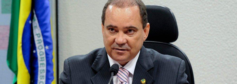 Senador Vicentinho Alves (PR) anunciou nesta terça-feira, 6, a membros da bancada federal que retirou sua pré-candidatura a governador e irá concorrer à reeleição para uma das duas vagas ao Senado no próximo ano; fato reforça a parceria com o governador Marcelo Miranda e inviabiliza os planos do prefeito de Araguaína, Ronaldo Dimas (PR), de disputar uma vaga ao Senado