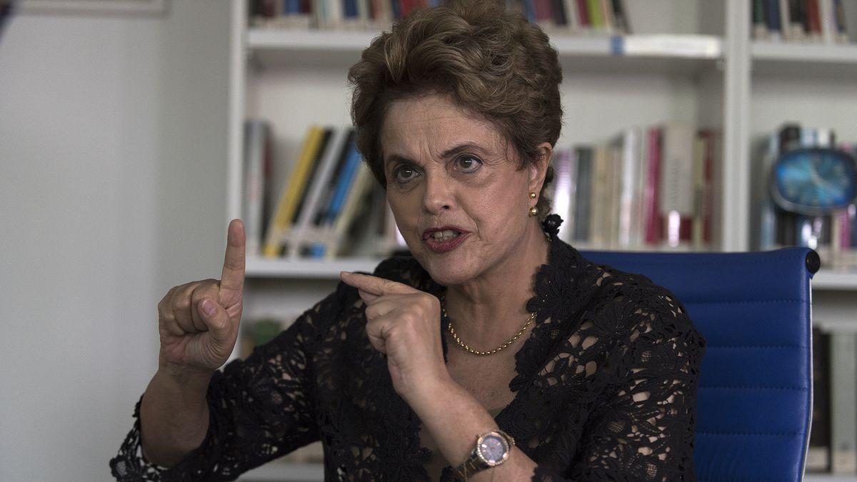 """""""Quando a ex-presidenta Dilma Rousseff anunciou o aumento do preço dos combustíveis no primeiro semestre de 2015, os """"protestos"""" foram muito mais intensos e violentos. O ápice foi quando, há exatamente dois anos, em julho, virou moda entre motoristas anti-Dilma colarem na entrada do tanque de combustível de seus carros adesivos que retratavam a ex-presidenta de pernas abertas, para que, quando ocorresse o abastecimento, passasse a sensação de que a bomba de gasolina está penetrando sexualmente a figura falsa da presidenta, em uma clara apologia ao estupro. À época, o 'protesto' foi tido como misógino, machista e um dos ataques mais baixos já feitos a uma chefe de Estado. Dilma foi à Justiça e o adesivo foi retirado de circulação"""", diz publicação da Revista Forum"""