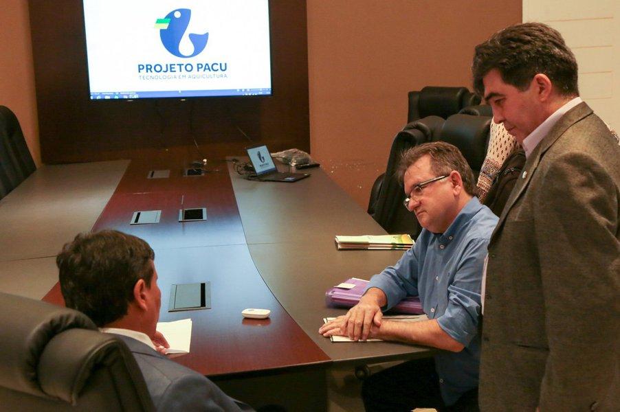 O governador Wellington Dias se reuniu com representantes de uma empresa especializada em tecnologia para aquicultura, contratada para desenvolver um projeto inédito de produção de pescado no Piauí; trata-se da construção de um complexo industrial que agregará fábrica de ração, um centro de produção de alevinos, fazenda de engorda de peixes e um frigorífico; o investimento, incluindo os custos com tecnologia, engenharia, capacitação e acompanhamento, é estimado em R$ 60 milhões; para viabilizar o negócio, o governo convidará parceiros da iniciativa pública e privada