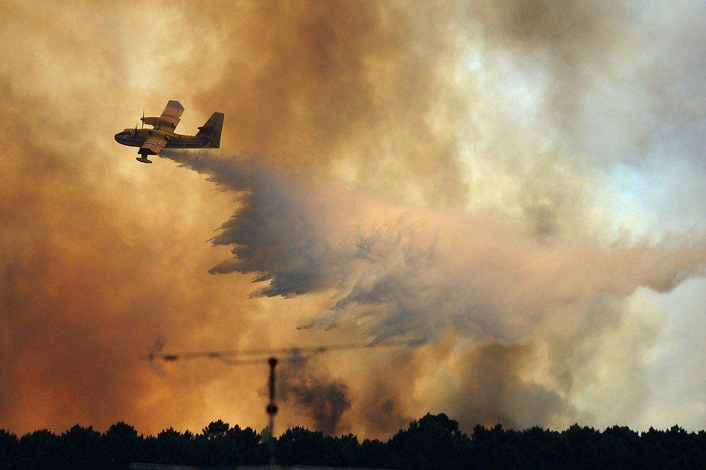 Um dos aviões que atuam no combate ao incêndio que tem devastado a região central de Portugal desde o fim da semana passada caiu nesta terça-feira (20), de acordo com agências de notícias; aeronave da Canadair caiu perto de Pedrógão Grande, onde as chamas começaram no último sábado; nesta manhã, ainda se viam muitas colunas de fumaça e alguns focos de incêndio ainda estavam ativos; Diário de Notícias afirma que 70% do fogo já está dominado, mas os 30% restante ainda preocupam as autoridades