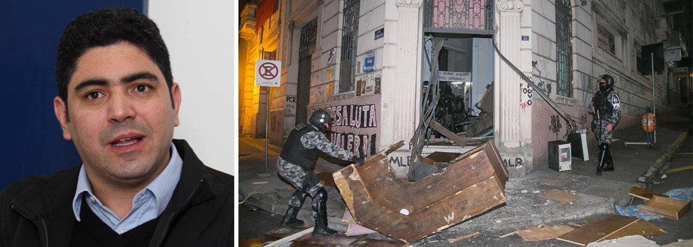"""Questionado pela Rádio Guaíba se poderia falar sobre a reintegração de posse de cerca de 70 famílias que ocupavam um prédio no centro de Porto Alegre, na qual houve ação violenta da Brigada Militar, com a agressão e a prisão de um deputado estadual, além de outras sete pessoas, ele respondeu: """"Não estou muito inteirado desse assunto. Não é conosco. Te ligo daqui a pouco"""""""