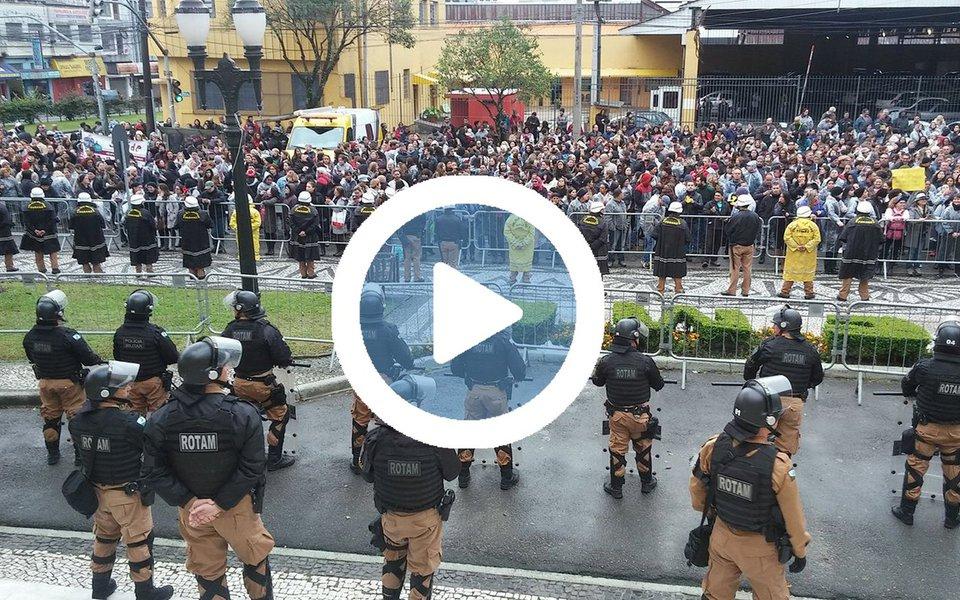 Câmara Municipal de Curitiba foi tomada por servidores municipais em greve; a manifestação é contra o pacotaço do prefeito Rafael Greca (PMN)