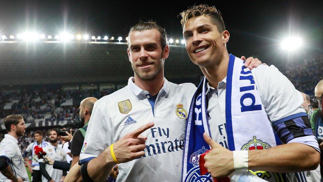 Real Madrid conseguiu um feito inédito ao se tornar o primeiro bicampeão da Liga dos Campeões. O campeão espanhol batei o combinado italiano da Juventus por 4 a 1 e levou o campeonato pela 12ª vez em sua história. O atacante Cristiano Ronaldo foi a estrela do jogo ao marcar 2 gols durante a partida; CR7, como é conhecido, fez 12 gols durante a competição e se consagrou na artilharia; os dois tentos resultaram, ainda, no gol de número 500 do Real Madrid na Liga dos Campões e o de número 600 na carreira do jogador.