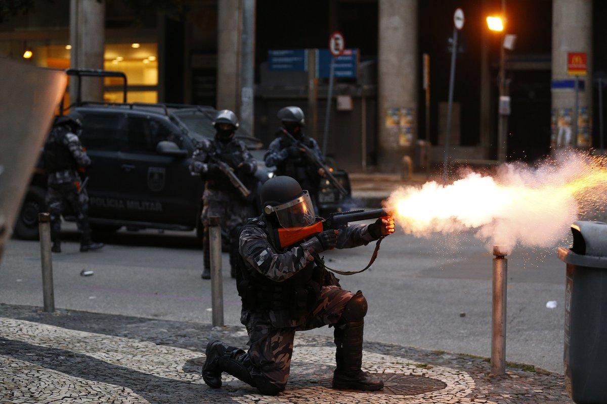 Polícia Militar reprime protesto da greve geral contra as reformas previdenciária e trabalhista no Centro do Rio de Janeiro (28/04/2017)