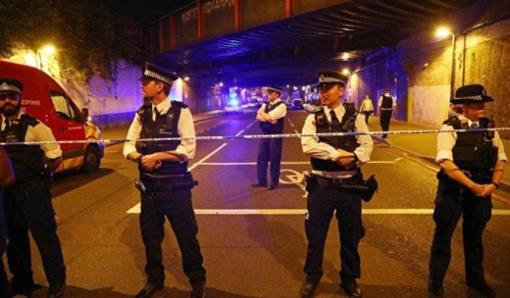 """Uma pessoa foi presa após um veículo atropelar pedestres próximos a uma mesquita no Finsbury Park, em Londres, na noite deste domingo; segundo o jornal """"Daily Mail"""", ao menos dez pessoas foram atropeladas; ainda não é possível determinar as circunstâncias do fato,que acontece semanas após três apoiadores do Estado Islâmico jogarem uma van contra pedestres na London Bridge antes de atacar o Borough Market com facas"""
