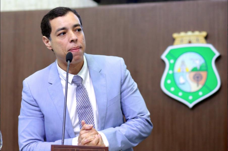 """O deputado Leonardo Araújo (PMDB) anunciou nesta quinta-feira (1), na Assembleia Legislativa, que será o relator da proposta de emenda constitucional (PEC) que propõe a extinção do Tribunal de Contas dos Municípios (TCM). O peemedebista se disse """"surpreso"""" com o retorno da matéria à pauta da AL e afirmou que a exclusão do TCM atende interesses políticos específicos e não da população. """"Não se trata de um cabide de emprego e nem de um cemitério de parlamentares. Lá é realizado um trabalho sério, que serve à toda a população cearense"""", defendeu"""