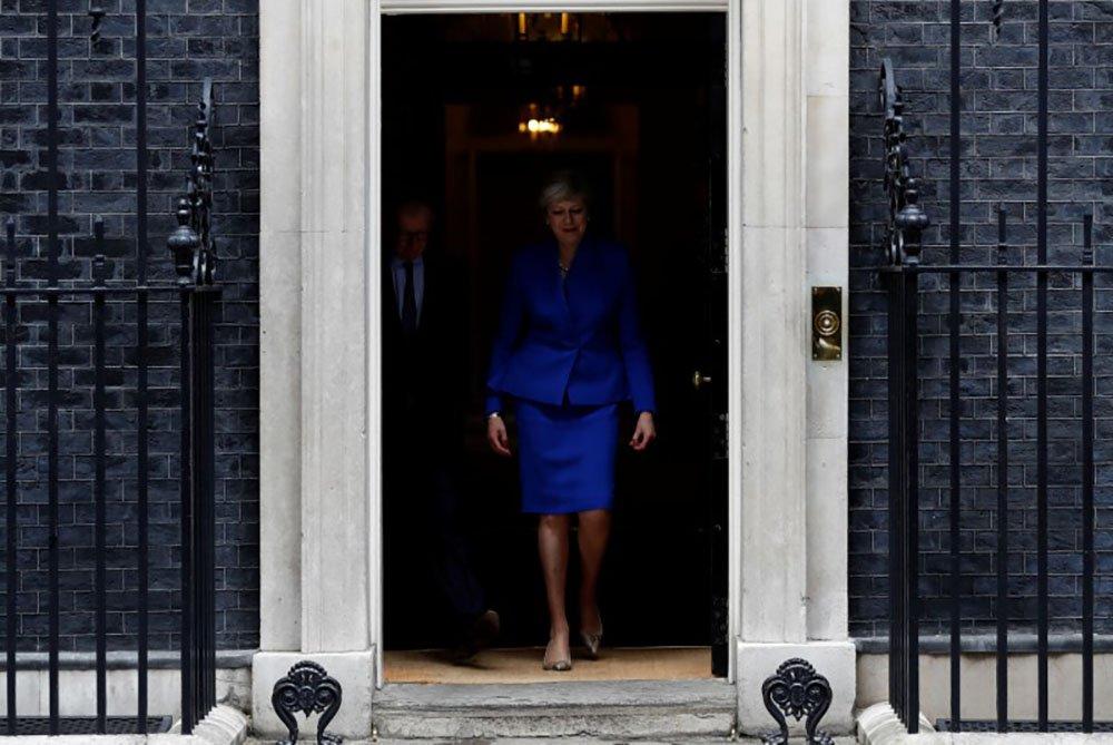 Primeira-ministra britânica, Theresa May, deixa residência oficial na Downing Street a caminho do Palácio de Buckingham, após eleições no Reino Unido. 09/06/2017 REUTERS/Stefan Wermuth