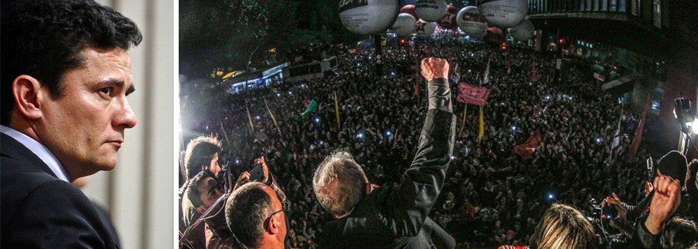 """""""Moro condenou um cidadão – que ainda não foi condenado em definitivo - a passar um ano sendo obrigado a viver de esmola ou de caixa 2, já que não pode movimentar dinheiro legalmente"""", escreve o colunista Alex Solnik; """"Inexperiente que é, o suposto tzar – Putin daria boas risadas com a piada – a cada punhal que enterra no peito de Lula em vez de sangrá-lo o fortalece"""", avalia o jornalista; """"Essa facada pecuniária já está provocando um enorme movimento nacional em prol de uma vaquinha – no caso, uma vacona – para Lula não morrer de fome"""", lembra ele; na noite dessa quinta-feira, Lula discursou para 120 mil pessoas na avenida Paulista, que enfrentaram o frio para declarar apoio ao ex-presidente"""