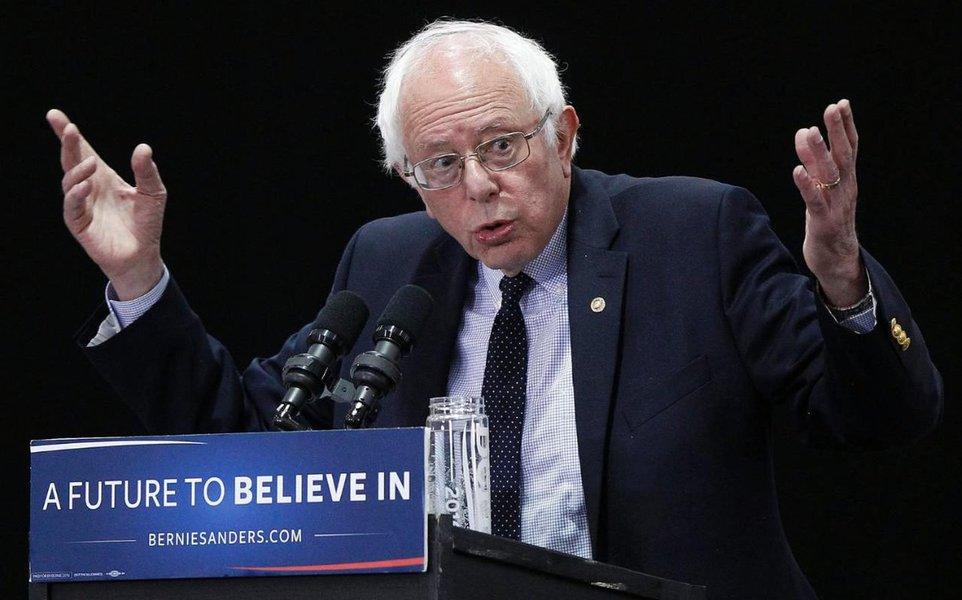 """Sabotado pelo Partido Democrata na última disputa presidencial, o socialista Bernie Sanders, que poderia ter vencido Donald Trump, fez um discurso para uma multidão, na noite de ontem, em Londres, em que condenou a saída dos Estados Unidos do Acordo de Paris e também as políticas neoliberais que vêm sendo adotadas em vários países, incluindo o Brasil; """"Trump não representa a maioria dos americanos"""", afirmou; Bernie terminou seu discurso em Londres aclamando a nova geração: a primeira geração na história que decidiu recusar a homofobia, o racismo, e a desigualdade social"""