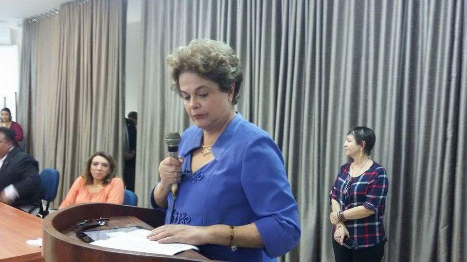 Dilma anda serena, melhor cuidada fisicamente e de si. É o que aparentou diante de aula inaugural em João Pessoa, quando até abandonou o script do texto pronto para se expressar de improviso, desta feita com retórica e narrativa compreensível, assimilável, diferentemente de muitos discursos lá atrás, quando não convencia e irritava