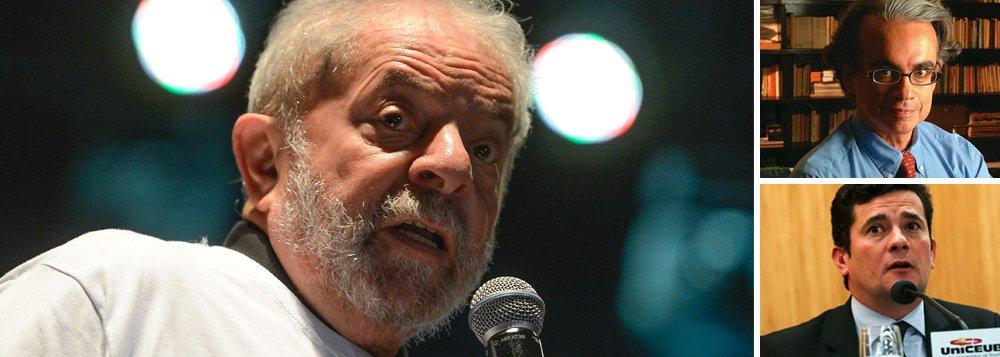"""""""Por mais que se empenhe para cumprir a tarefa de eliminar o ex-presidente do pleito de 2018, o juiz curitibano não abala a grande popularidade"""", avalia o sociólogo Marcos Coimbra, presidente do instituto de pesquisas Vox Populi; ele acredita que o favoritismo ao petista deve permanecer para as eleições de 2018, mesmo após a condenação do juiz Sergio Moro a 9 anos e meio de prisão; isso porque """"a condenação de Lula por Moro já estava no cálculo da grande maioria da opinião pública"""", não houve """"nada de realmente novo"""" com a sentença para os eleitores que já estavam intencionados a votar no ex-presidente"""