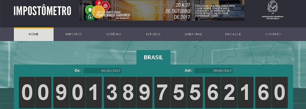 """Impostômetro da Associação Comercial de São Paulo (ACSP) registrou nesta segunda-feira (29) R$ 900 bilhões de tributos acumulados pagos pelos brasileiros desde o início de 2017; valor se refere à arrecadação de todos os impostos, taxas e contribuições que vão para a União, os estados e os municípios; marca de R$ 900 bilhões chega 14 dias antes do que no ano passado; para o presidente da ACSP, Alencar Burti, isso reflete a atual fase da economia; """"Como a economia não está crescendo, o que impulsiona a arrecadação é o efeito da inflação, é o aumento de alguns impostos"""", explica"""