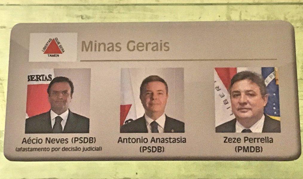 """Uma imagem marcante: a foto de Aécio Neves na galeria do Senado agora tem a inscrição """"Afastado por decisão judicial'; temendo ser preso, Aécio apelou ao plenário do STF"""