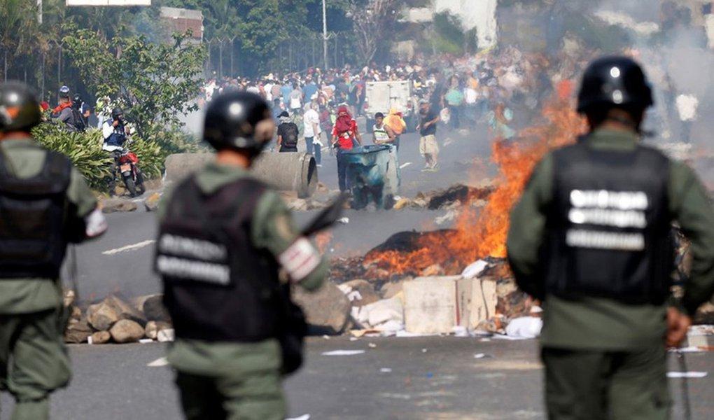 O país rico em petróleo, mas envolvido em uma profunda recessão, está há quatro meses sendo tomado por protestos contra Maduro que deixaram mais de 110 pessoas mortas em confrontos com forças de segurança, que responderam com gás lacrimogêneo, balas de borracha e canhões de água; dos 6.120 candidatos da eleição deste domingo, 30, para uma assembleia constituinte com 545 membros, nenhum é da oposição venezuelana - que está boicotando o processo, por considerá-lo um pleito manipulado para consumar uma ditadura
