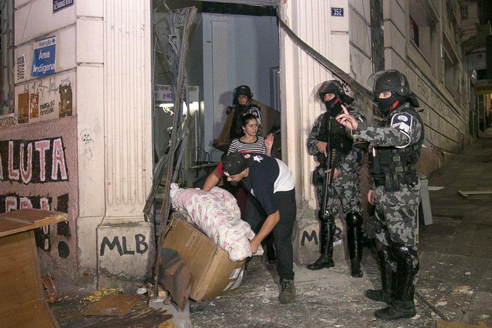 Depois do despejo de 70 famílias da Ocupação Lanceiros Negros, em Porto Alegre (RS), outras 28 ocupações estão na iminência de sofrer uma reintegração de posse na região metropolitana da capital; movimentos populares temem que o procedimento violento que a Brigada Militar usou contra os ocupantes na última quarta-feira (14), véspera de feriado de Corpus Christi, volte a se repetir em outros locais