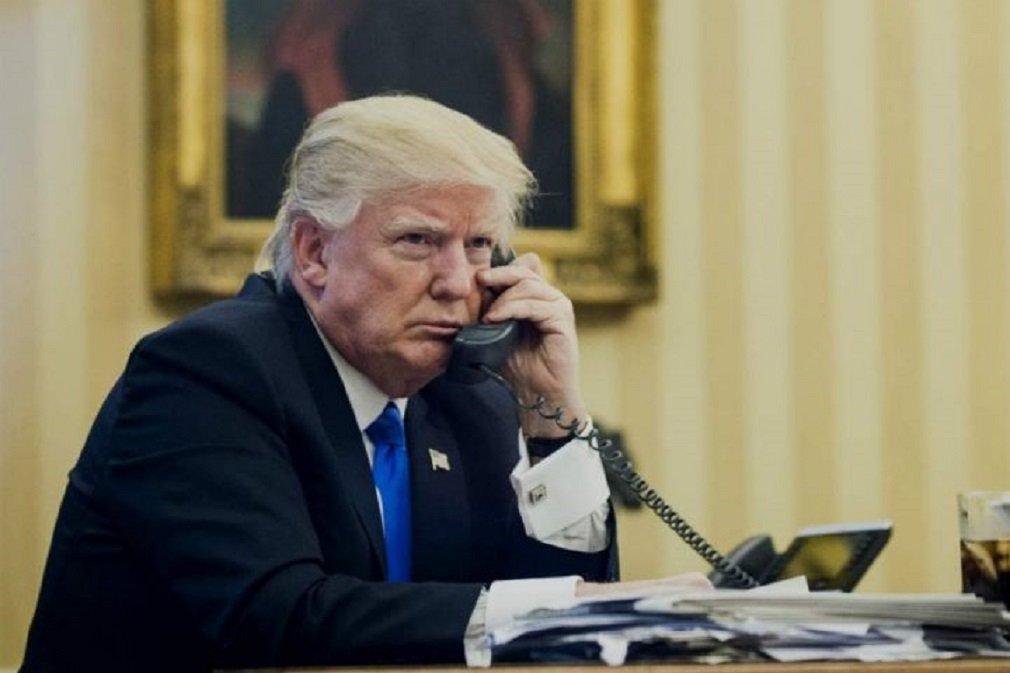 """O presidente dos EUA, Donald Trump, classificou neste domingo as reportagens baseadas em fontes não identificadas como falsas e os vazamentos da Casa Branca como """"fake news"""" (notícias falsas), após relatos de que seu genro tentou estabelecer um canal secreto de comunicações com Moscou antes que Trump assumisse a presidência; Trump retornou à Casa Branca depois de uma viagem de nove dias ao Oriente Médio e à Europa, que ele encerrou no sábado para encarar mais perguntas sobre as supostas comunicações entre Jared Kushner e o embaixador da Rússia em Washington"""
