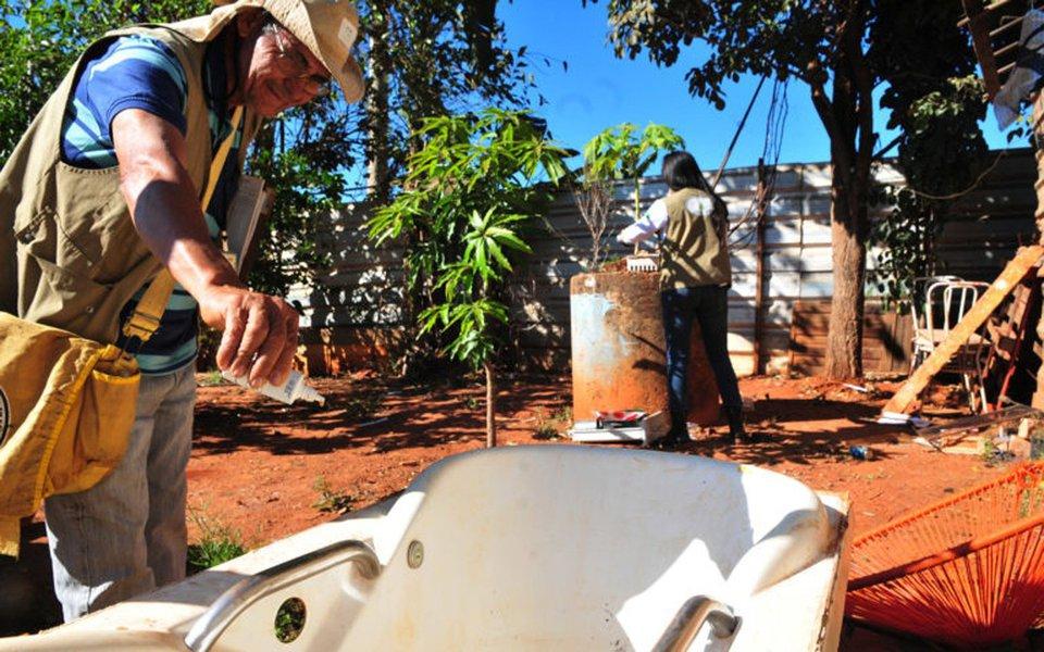 """A vendedora autônoma Geralda Vieira do Rosário, de 55 anos, tem o hábito de estocar água na chácara onde mora, na Vila Planalto, para compensar os dias de racionamento; """"Uso todos os dias para lavar roupa e regar as plantas"""", justifica; mesmo que o recurso seja utilizado com frequência, o armazenamento inadequado pode significar riscos à saúde: recipientes como baldes e tonéis têm sido, de acordo com a Vigilância Ambiental em Saúde, o principal criadouro no DF do Aedes aegypti, transmissor da dengue, da chikungunya e da zika"""