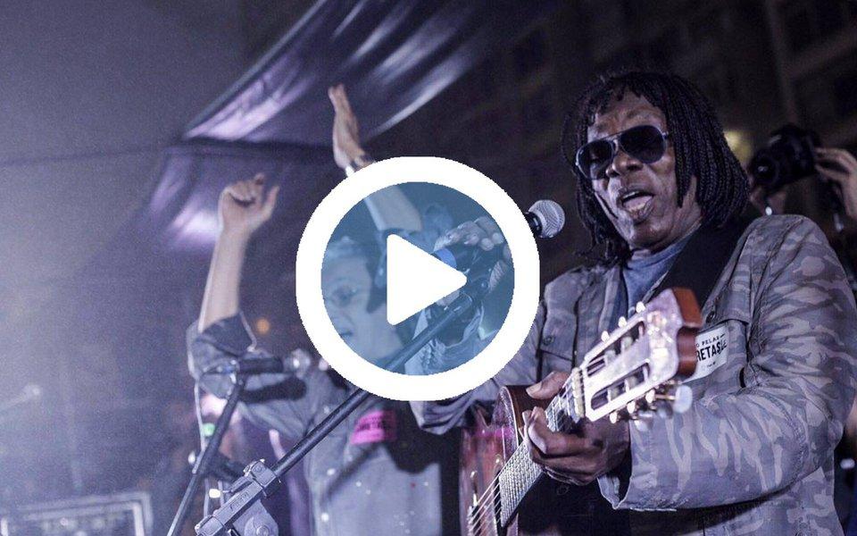 """Por todo o dia, no ato pelas Diretas-Já em Copacabana, uma verdadeira onda humana cantou, embalada por artistas como Caetano e Milton Nascimento, e gritou a plenos pulmões a cada intervalo, pedindo """"Diretas já""""; Milton Nascimento, que reapareceu em atos políticos depois de algumas décadas, ainda nos lembrou que o papel do artista é estar ao lado do povo; """"Todo artista precisa estar onde o povo está""""; e o povo está nas ruas"""