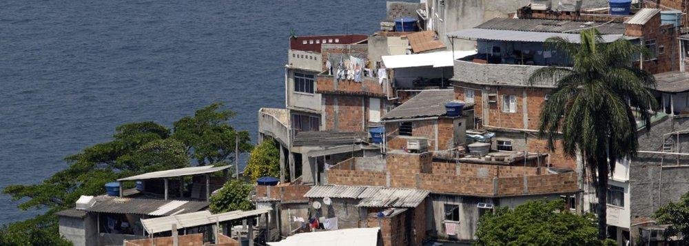 O Morro do Vidigal, em São Conrado, na zona sul do Rio, é um local considerado privilegiado devido à tranquilidade que se instalou na comunidade nos últimos anos com a implantação de uma UPP; a presença da polícia, inclusive, atraiu dezenas de restaurantes e bares, muitos deles já instalados em pontos tradicionais da zona sul carioca; duas ocorrências colocaram o Vidigal no mapa da violência da cidade; em uma delas, um helicóptero que fazia um sobrevoo com três turistas pela região foi alvejado na parte traseira por um tiro; o piloto foi obrigado a fazer um pouso de emergência na Praia de São Conrado