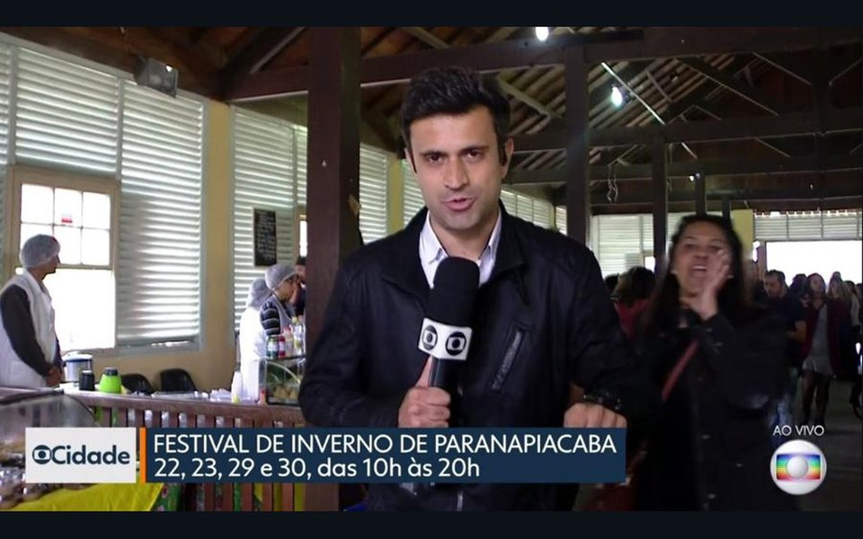 Uma mulher invadiu neste sábado (22) um link ao vivo, na TV Globo, em uma transmissão do 'SP1'; quando o repórter Marcelo Poli falava direto de Paranapiacaba (SP) sobre o festival de inverno que acontece neste fim de semana, uma mulher protestou, aos gritos, contra Michel Temer, que ascendeu ao poder por meio de um golpe parlamentar, e foi o primeiro presidente ser denunciado por corrupção na história do País