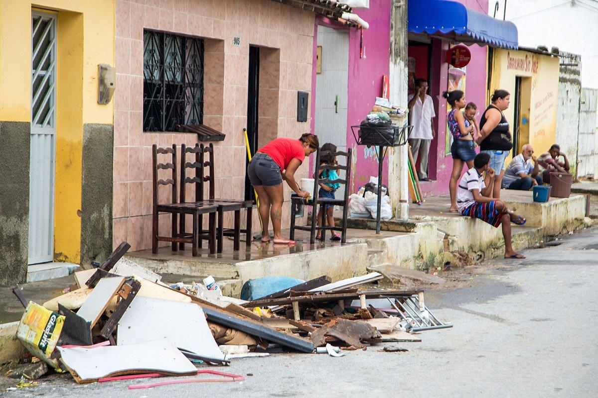02 06 2017-Maceio AL Brasil-depois da chuvas hora de recuperar o que sobrou em municipios de Maceió foto Andre Palmeira