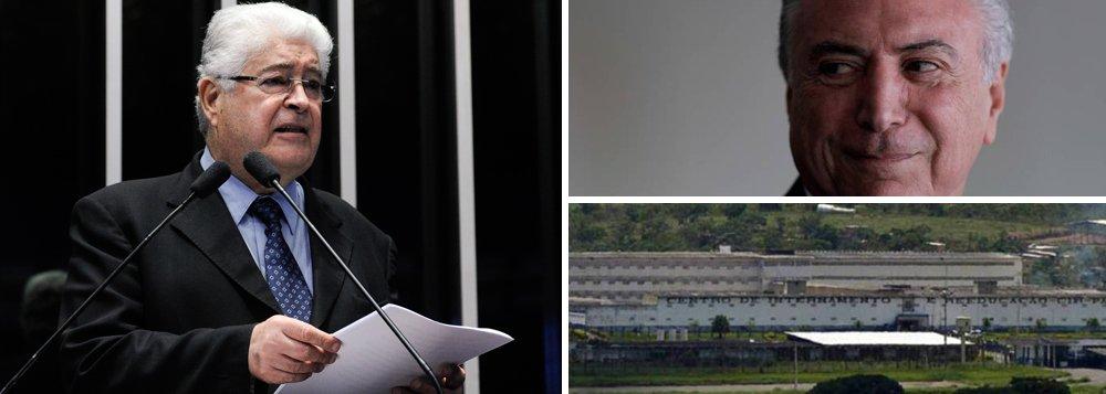 """Senador Roberto Requião (PMDB-PR), presidente da Frente Ampla Pelas Diretas Já, em coletiva à imprensa de João Pessoa, na Paraíba, disse na manhã desta sexta-feira (21) que em breve as reuniões ministeriais de Michel Temer (PMDB) serão realizadas no presídio da Papuda; Requião falava sobre o envolvimento de ministros nomeados por Temer em casos de corrupção; """"Já tem tornozeleira de grife italiana, que mede temperatura, a glicemia e é a prova d'água. Própria para o mergulho nas praias de João Pessoa"""", ironizou"""
