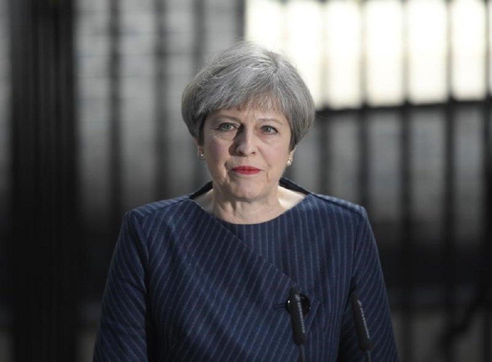 Primeira-ministra britânica, Theresa May, pede a realização de uma eleição antecipada em anúncio em frente a seu escritório na Downing Street. 18/04/2017 REUTERS/Toby Melville