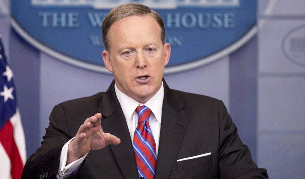 Porta-voz da Casa Branca, Sean Spicer, renunciou ao cargo após o presidente dos Estados Unidos, Donald Trump, ter nomeado o especialista em finanças da Wall Street Anthony Scaramucci como seu principal assessor de comunicação; Trump ofereceu a Scaramucci, um partidário de longa data, o cargo de comunicação da Casa Branca
