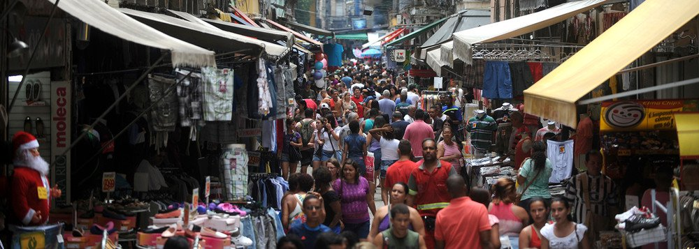 Rio de Janeiro - Milhares de pessoas vão às ruas do Saara (Sociedade de Amigos das Adjacências da Rua da Alfândega) para compras de natal no tradicional centro de comércio popular do Rio de Janeiro.