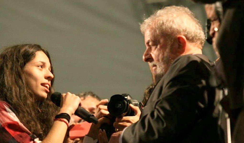 """Em texto em sua página no Facebook, a estudante Ana Júlia Ribeiro agradeceu o apoio do ex-presidente Lula e garantiu que continuará """"resistindo ao lado dos estudantes por uma educação pública e de qualidade""""; """"Quero também estar ao lado das trabalhadoras e trabalhadores contra todos os retrocessos. Não conseguirão nos calar! Vamos continuar ocupando a política, as ruas e quantos espaços forem necessários para barrar o avanço da agenda conservadora"""", afirmou Ana Júlia"""