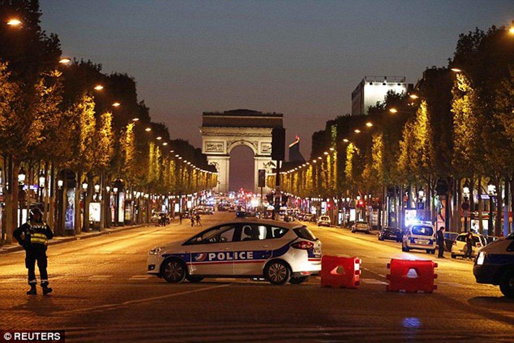 """Um tiroteio em Paris nesta quinta-feira (20) deixou pelo menos dois policiais mortos, segundo a agência Sputnik; autoridades falam em """"provável atentado terrorista""""; segundo a polícia local, o atirador foi morto; segundo testemunhas, o atirador saiu de um carro e começou a disparar com uma metralhadora """"Kalashnikov"""";região próxima dos disparos foi interditada para o trabalho dos serviços especiais"""