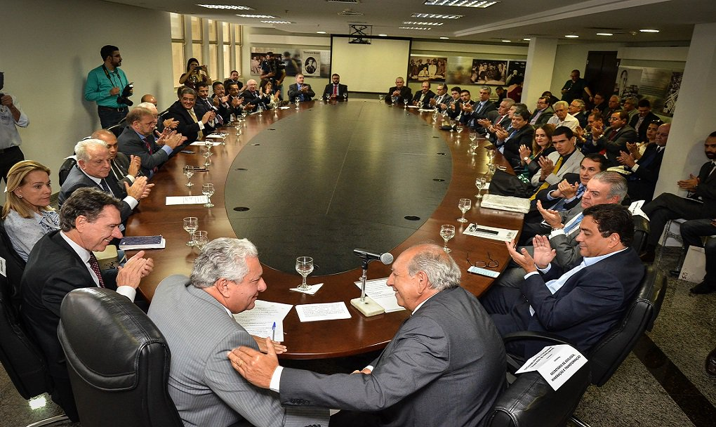 Goiás é destaque entre os demais estados brasileiros, num momento de dificuldade financeira, ao anunciar o maior pacote de obras do país (Goiás na Frente), com investimentos públicos de R$ 6 bilhões; nesta sexta-feira, várias empresas minerárias que atuam em Goiás anunciaram investimento de 750 milhões de dólares em projetos de exploração, ampliação e pesquisa mineral no Estado; agora, com mais esses investimentos privados da área de mineração 750 milhões de dólares (cerca de R$ 2,3 bilhões), a previsão de investimentos do setor privado no programa Goiás na Frente, que era de R$ 3 bilhões (600 milhões de dólares da Celg D/Enel, entre outros), deve ultrapassar os R$ 5 bilhões