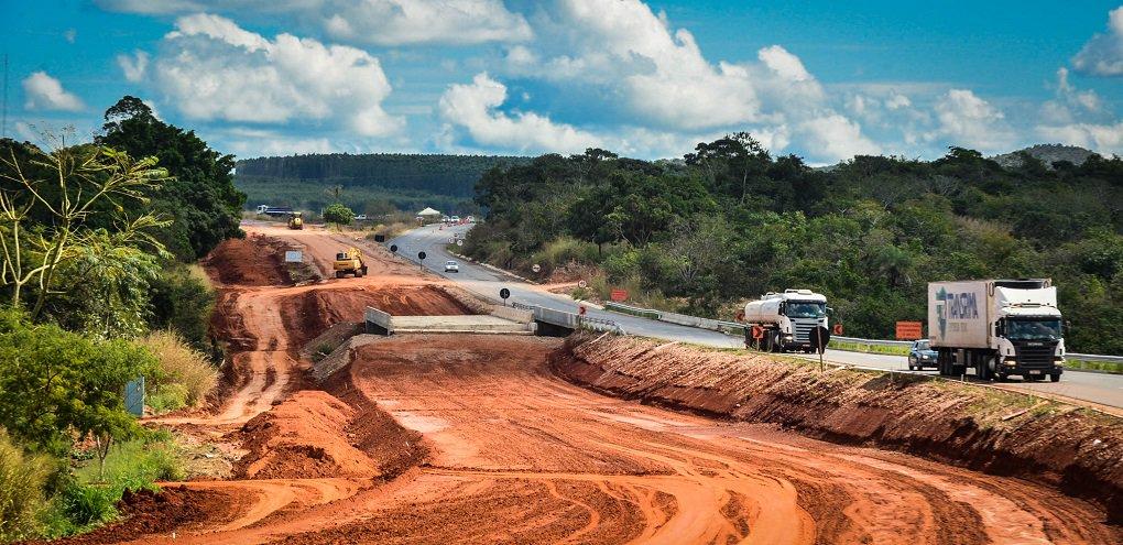 Goiás na Frente prevê R$ 9 bilhões de investimentos em obras e serviços em todas as regiões do Estado; do montante, R$ 6 bilhões são provenientes do Tesouro Estadual e R$ 3 bilhões de recursos privados, dentre eles 600 milhões de dólares da privatização da Celg D/Enel; os mais de R$ 650 milhões destinados para intervenções rodoviárias compreendem 39 obras em diferentes regiões; são 15 obras de duplicação, entre elas a da GO-070, que liga a Capital à histórica Cidade de Goiás