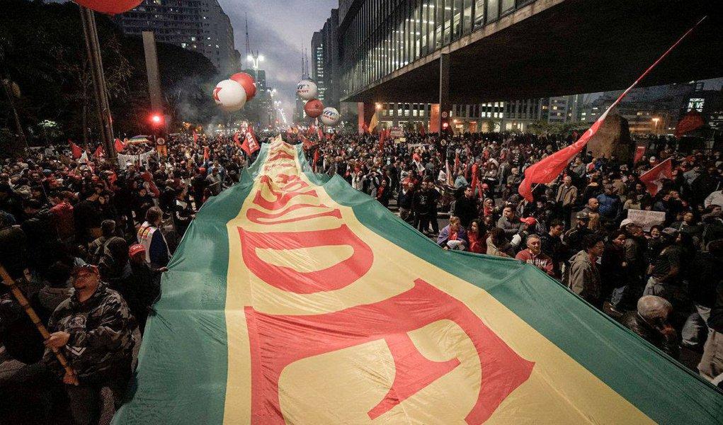 """Milhares de manifestantes ocupam a Avenida Paulista, em frente ao Masp, em São Paulo; manifestantes criticam a agenda de reformas do governo de Michel Temer (PMDB) e, sobretudo, estão em defesa do ex-presidente Lula; """"Eleição sem Lula é fraude"""" são as palavras desenhadas no maior dele; """"Diziam que era só tirar a Dilma que tudo se resolvia. Hoje temos 14 milhões de desempregados, o Brasil voltando para o mapa da fome. Eles não ligam para o povo, a cabeça deles é escravocrata. Arrumem um candidato e venham disputar nas urnas"""", disse o senador Lindbergh Farias; acompanhe ao vivo"""