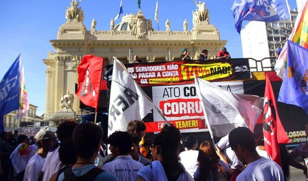 Sob intenso protestos dos servidores públicos estaduais, a Assembleia Legislativa do Rio de Janeiro (Alerj) aprovou, por 39 a 26 votos, o projeto de lei que aumenta a contribuição previdenciária de 11% para 14% para os servidores ativos e inativos, além dos pensionistas; com receio de confusão durante o protesto, a Casa foi cercada por 500 agentes da Polícia Militar e da Força Nacional; no momento em que o projeto recebeu votos suficientes, por volta das 15h45, os manifestantes tentaram invadir a Alerj, e os policiais revidaram com bombas de efeito moral