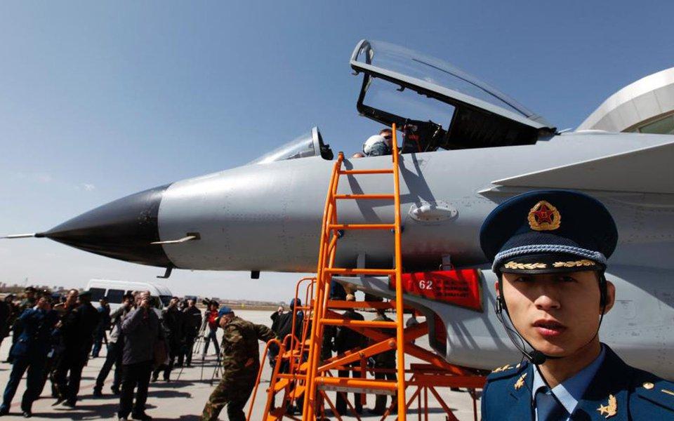 Dois caças chineses interceptaram um avião de vigilância da Marinha dos Estados Unidos sobre o Mar do Leste da China durante o final de semana, com um chegando a até 91 metros da aeronave dos EUA; uma das aeronaves chinesas J-10 se aproximou de um avião EP-3 dos Estados Unidos, fazendo com que a aeronave norte-americana mudasse de direção; e maio, duas aeronaves chinesas SU-30 interceptaram um avião norte-americano configurado para detectar radiação, enquanto voava no espaço aéreo internacional sobre o Mar do Leste da China