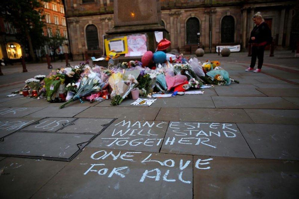 Uma mulher observa flores colocadas para vítimas do ataque na Arena de Manchester, na Inglaterra. 23/05/2017 REUTERS/Stefan Wermuth