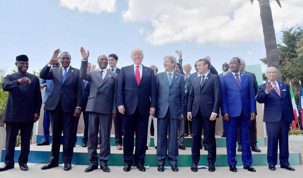 Sob pressão de aliados, o presidente norte-americano, Donald Trump, apoiou uma promessa de combater o protecionismo neste sábado, mas se recusou a endossar um acordo global sobre mudança climática, afirmando precisar de mais tempo para decidir; reunião do G7 opôs Trump e líderes da Alemanha, França, Grã-Bretanha, Itália, Canadá e Japão em diversas questões, com diplomatas europeus frustrados em ter que revisitar questões as quais esperavam estar resolvidas há muito tempo