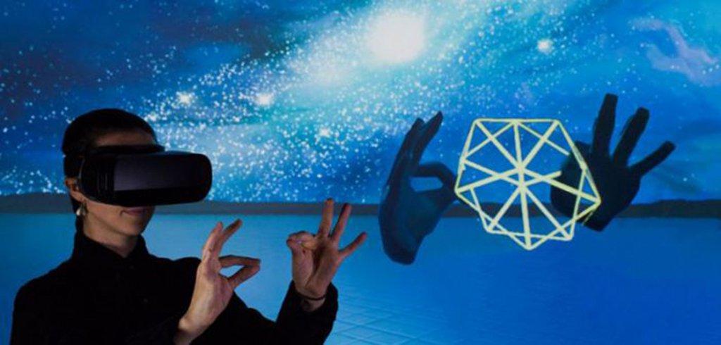 A Leap Motion acaba de levantar US$ 50 milhões, liderados pelo J.P Morgan Asset Management. A startup quer dar o próximo passo no desenvolvimento de realidade virtual, com sensores capazes de detectar o movimento de suas mãos; é esperado que esse mercado valha US$ 21 bilhões até 2021, de acordo com o Digi-Capital; a quantia vai acelerar a expansão global da companhia de São Francisco e permitirá melhor desenvolvimento do rastreamento de movimentos, tanto em realidade virtual, quanto em realidade aumentada