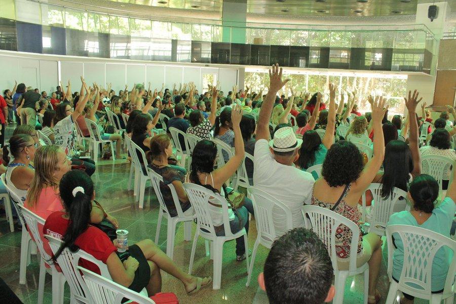 Apesar de considerada ilegal e abusiva pelo Tribunal de Justiça, a greve dos professores da rede pública de Maceió está mantida; segundo o Sindicato dos Trabalhadores da Educação de Alagoas (Sinteal), ainda não houve notificação; opção pela greve foi tomada porque os professores municipais não terão reajuste salarial