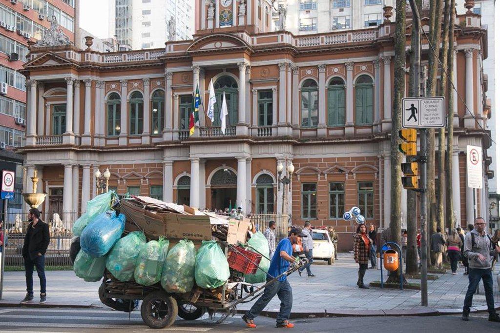 A Prefeitura de Porto Alegre inicia na próxima segunda-feira (31) o pagamento parcelado da folha salarial do mês de julho, com o depósito de até R$ 6.650 líquidos para os servidores municipais; segundo o Executivo, com essa primeira parcela, 78% do funcionalismo (24,6 mil servidores) receberão seus salários de modo integral; os demais servidores (6,9 mil) receberão o restante de seus vencimentos até o dia 4 de agosto, dependendo do ingresso de novos recursos